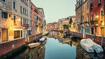 Grachten in Venetië van Manjik Pictures