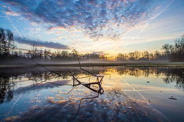 Bewolkte zonsopkomst in de vroege ochtend  van Ab Donker