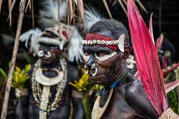 Traditioneel uitgedoste mannen op krokodillen festival bij de Sepik rivier in Papua Nieuw Guinea. van Ron van der Stappen