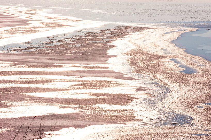 Winterlandschap met verkleurd ijs op een meer van Brian Morgan