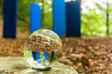 Kristallen bol voor blauwe objecten van Tony Buijse