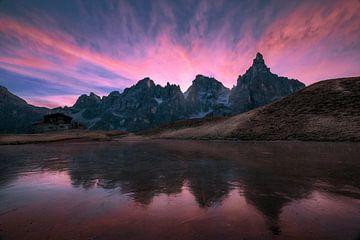 Zonsopkomst in de Dolomieten in Italië. van Ramon Stijnen