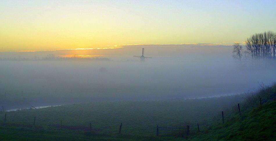 Molen in de ochtend mist.