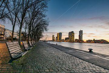 Rotterdam Skyline, zonsopkomst met uitzicht op Wilheminapier van Erik van 't Hof