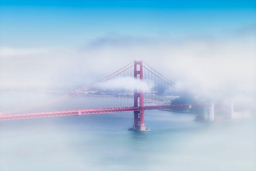 Golden Gate Bridge in de mist van Melanie Viola