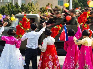 Kleurrijk publiek bij de militaire parade in Pyongyang, Noord Korea van Teun Janssen