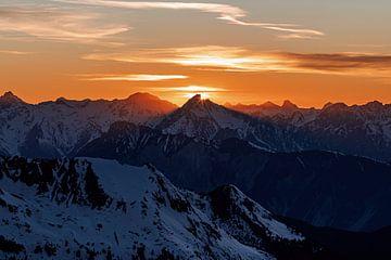 Sfeervolle zonsondergang in de alpen