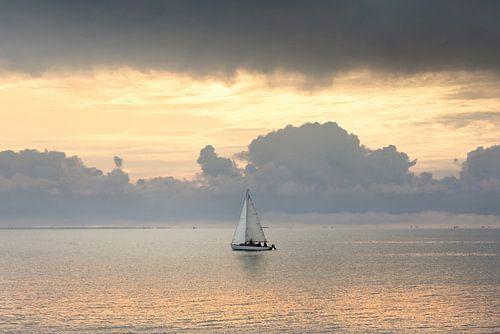 Segelboot auf See von Claire Droppert