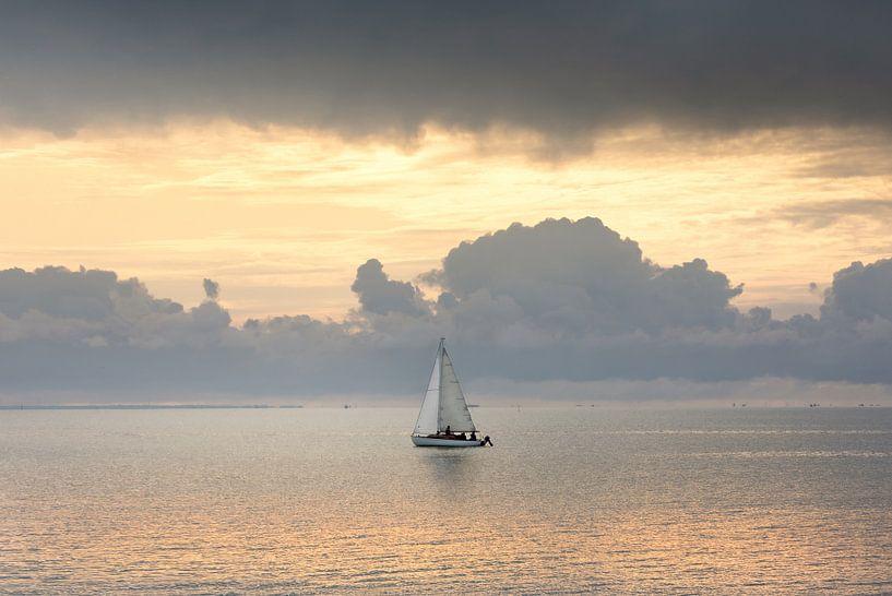 Bateau à voile en mer sur Claire Droppert