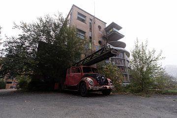 Feuerwehr vor einem Sanatorium von Matthis Rumhipstern