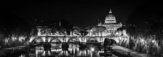 Rome - Ponte Sant'Angelo - Sint Pietersbasiliek bij nacht van Teun Ruijters