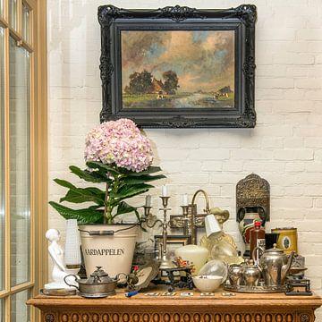 brocante en hortensia op een tafeltje