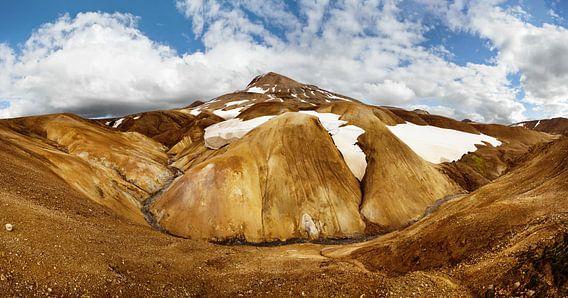 Panorama ockerfarbene Bergkette mit Schneeresten