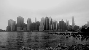 Lower Manhattan vanaf Brooklyn in de mist van