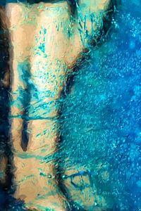Een blauw oceaan overspoeld het strand.