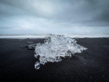 Eisberg auf dem dunklen Sandstrand von Diamond Beach, Island von Teun Janssen