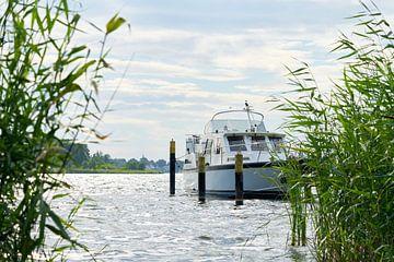 Boot bij een aanlegsteiger aan de oever van de rivier de Havel bij Töplitz van Heiko Kueverling
