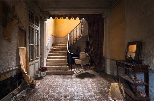 Verlassenes Haus mit Treppe.