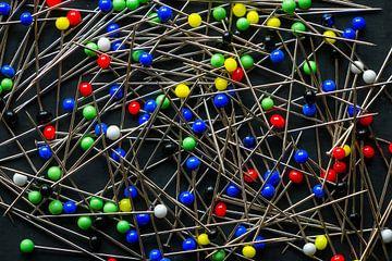Fel gekleurde kop spelden en naalden van Henk Hulshof