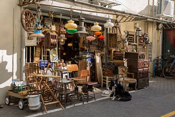 Rommelwinkel in oude centrum van Tel-Aiv, Israel van Joost Adriaanse