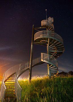 Die Treppe am Lelystad Airport in der Nacht von Esmay Vermeulen