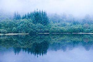Avondmist bij meer in Schotland van