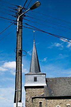 Kerk van Bertogne met lantaarn en elektriciteitkabels, Ardennen van Paul van Putten