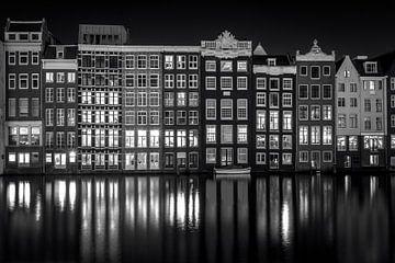 Damrak in der Nacht von Iconic Amsterdam