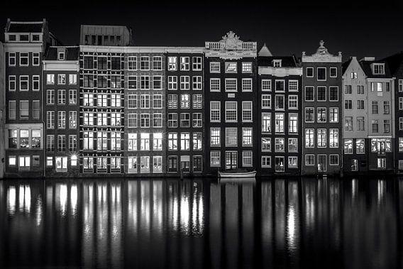 Damrak bij nacht van Iconic Amsterdam