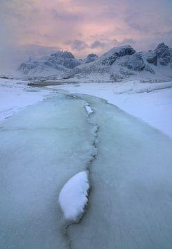 Mooie structuren in het ijs bij Flakstadpollen op de Lofoten in Noorwegen. van Jos Pannekoek