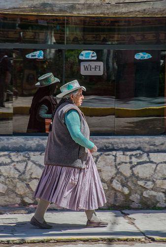 Peruaanse vrouw voor een internetcafe