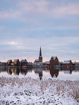 Blick über die Warnow auf die Hansestadt Rostock im Winter von Rico Ködder
