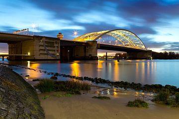 Nachtfoto Van Brienenoordbrug te Rotterdam van