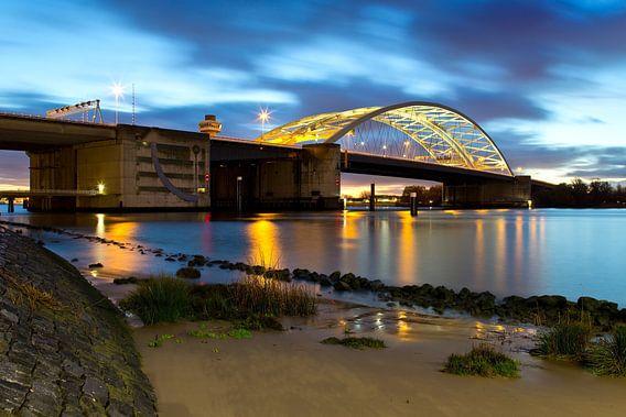 Nachtfoto Van Brienenoordbrug te Rotterdam van Anton de Zeeuw