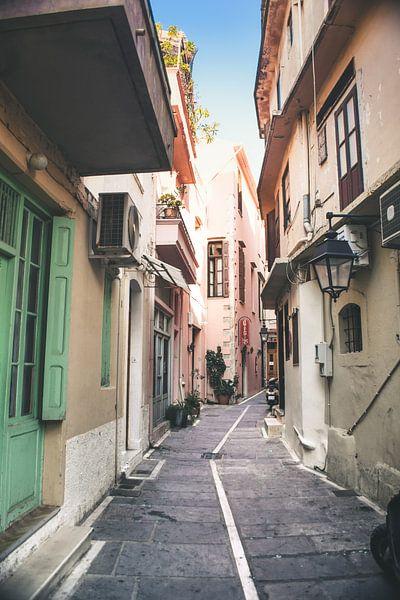 Smalle straatjes in Griekse stad van Rob van Dongen