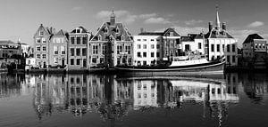 Historische Stadhuiskade Maassluis; zwart-wit panorama van