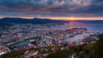 Zonsondergang Bergen, Noorwegen van Henk Meijer Photography