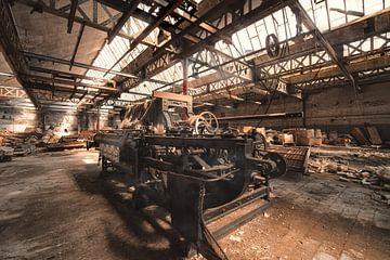 Webmaschine in einer stillgelegten Fabrik von romario rondelez