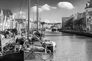 schepen in de Thorbeckegracht in Zwolle, gezien vanaf het Pelserbrugje. In zwart-wit