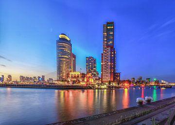 Het blauwe uur aan de  kop van zuid in Rotterdam van Rawbird Photo's Wouter Putter