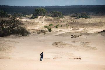 Einsamer Wanderer auf Sandverwehung von Thomas Boelaars