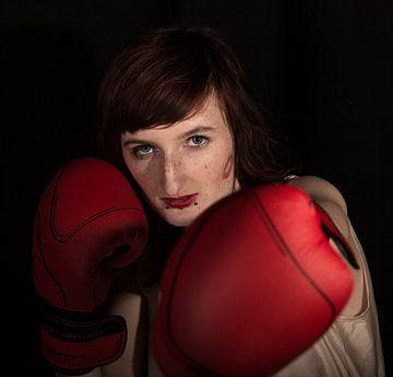 Boxing girl van Ronald De Neve