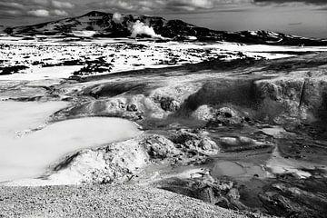 Krafla geothermisch landschap, IJsland (zwart-wit) von Roel Janssen