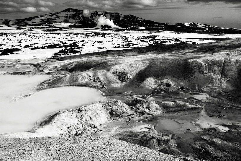 Krafla geothermisch landschap, IJsland (zwart-wit) van Roel Janssen