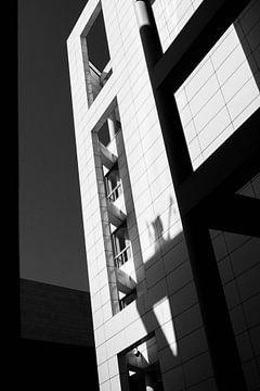 Zwart-wit foto van architectuur in het centrum van Den Haag von Maarten Langenhuijsen