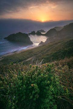 Asturias Playa de Mexota strand met mist bij zonsopgang van Jean Claude Castor