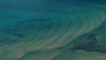 Ondiep turkoois water van de fjord Grunnførfjorden aan de kust van de Lofoten, Noorwegen, vanuit vog van Timon Schneider