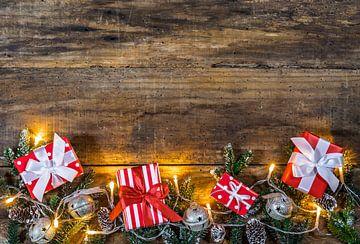 Kerstcadeaus geschenken met ornamenten, groene dennentakken, dennenappels van Alex Winter