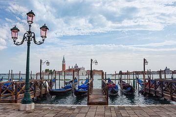 Gondeln am Kai in Venedig