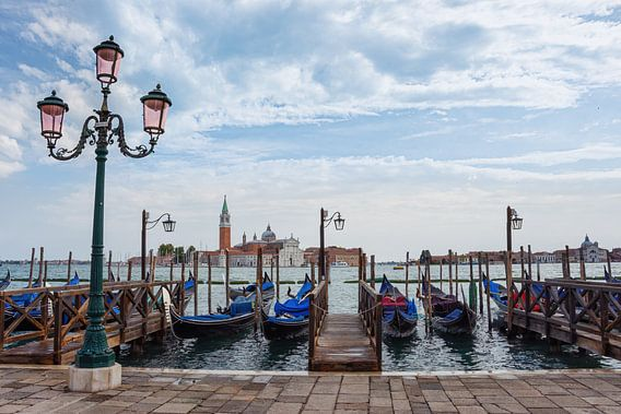 Gondels langs de kade in Venetië